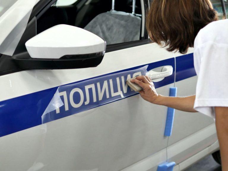 Процесс оклейки автомобиля полиция